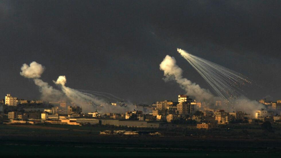 INNRØMMER BRUKEN: Hvitt fosfor er blant annet en av ingridiensene i de omtalte røykgranatene som har vært i søkelyset under grigen på Gaza. Foto:   AFP/Menahem KAHANA