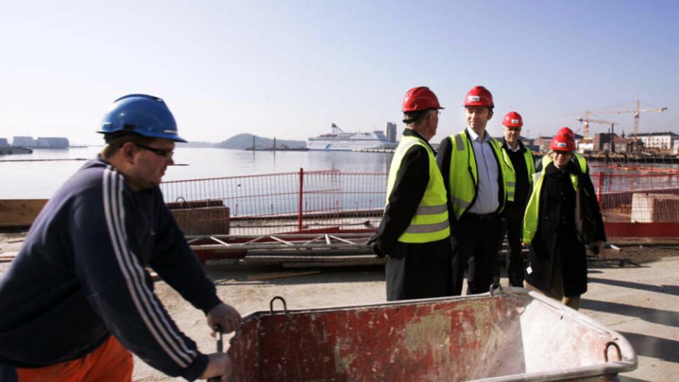 MYE BRUKT ARBEIDSKRAFT: Polske arbeidere var sentrale i arbeidet med å reise den nye Operaen. Her er kulturminister Trond Giske på befaring på anleggsplassen i Bjørvika i mars 2007. Foto: LISE ÅSERUD/SCANPIX