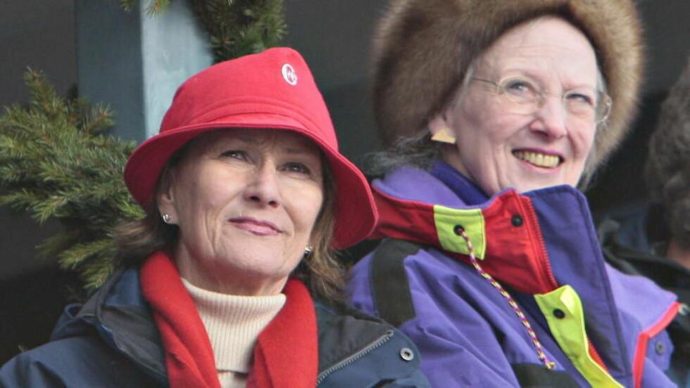FÅR BIOGRAFI: Dronning Sonja har valgt fjorårets mest suksessrike biograf til å skrive livshistorien sin. Her sammen med danske Dronning Margrethe i Holmenkollen i fjor. Foto: ARNT E. FOLVIK