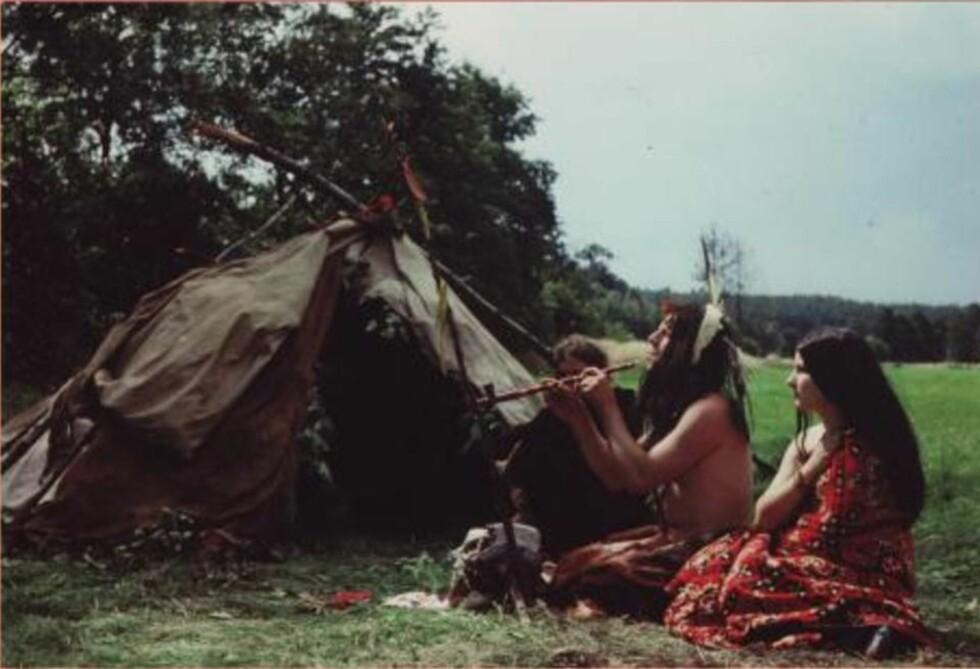 RØYKING AV FREDSPIPE I 1973: Disse indianerne forsøkte å helbrede sykdom gjennom seremoniell renselse etter indianer-mønster. Foto: Suhrkamp Verlag