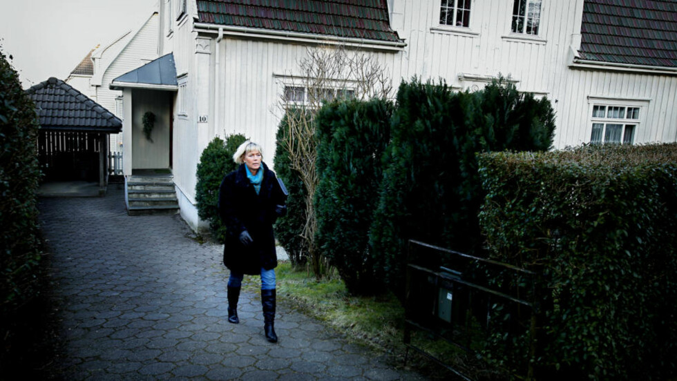 GJENNOMGIKK AVHØR: Politioverbetjent Kari Marie Kjelstad og andre etterforskere var i dag hos den eldre kvinnen som fant posen med den døde babyen, ved foten av en av buskene like til høyre for politikvinnen på bildet. Foto: BJØRN LANGSEM