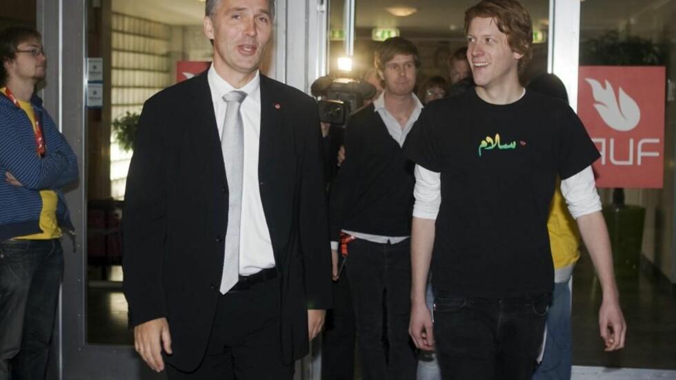 GÅR MOT JENS: Statsminister Jens Stoltenberg ble tatt imot av AUF-leder Martin Henriksen, da han besøkte AUFs landsmøte i Oslo. Foto: Heiko Junge / SCANPIX