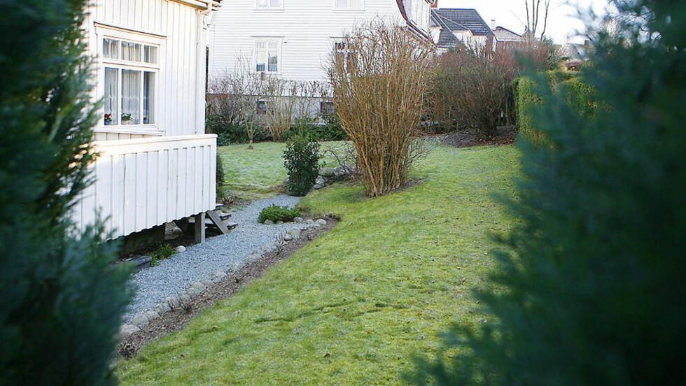 UTEN SPOR: Den foreløpige obduksjonsrapporten ga ingen svar på dødsårsaken til den lille babyen som ble funnet i denne hagen i Stavanger på fredag. Foto: ERLINGS HÆGELAND