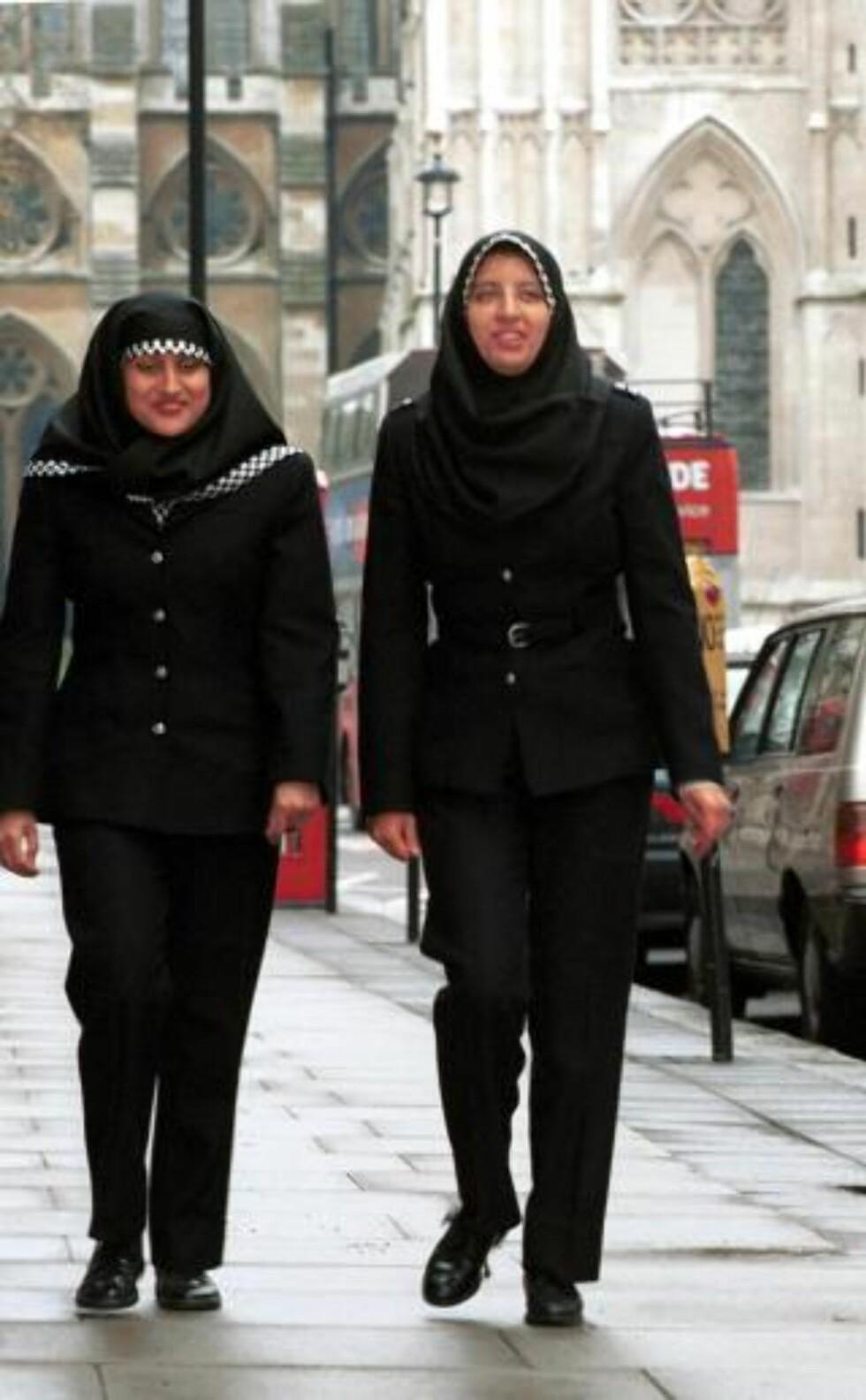 TILLATT I ENGLAND: To kvinnelige betjenter i London-politiet, som bruker hijab som del av uniformen. Foto: SCANPIX/EPA PHOTO AFP/METROPOLITAN POLICE