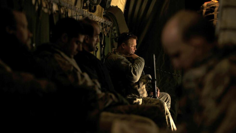<strong>KRIG SOM KOSTER:</strong> Amerikanske soldater om bord på et tysk transportfly fra Kabul til Kandahar i slutten av desember i fjor. Den dramatiske økningen i antall selvmord blant amerikanske soldater skaper sterk bekymring. Foto: AFP PHOTO/MASSOUD HOSSAINI/SCANPIX