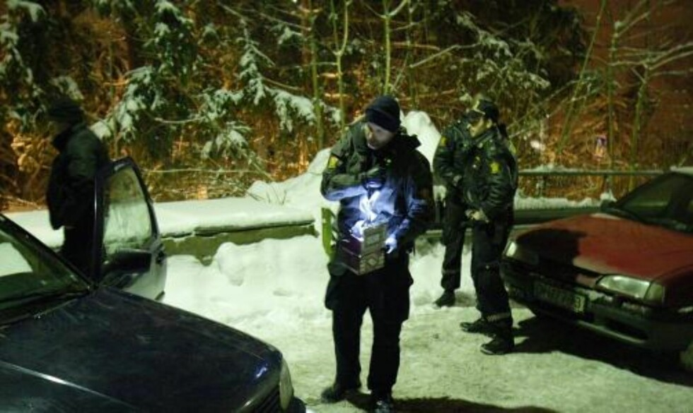 TJUVGODS:  I bilene fant politiet store mengder tjuvgods, blant annet esker med elektriske artikler. Foto: André Olstad