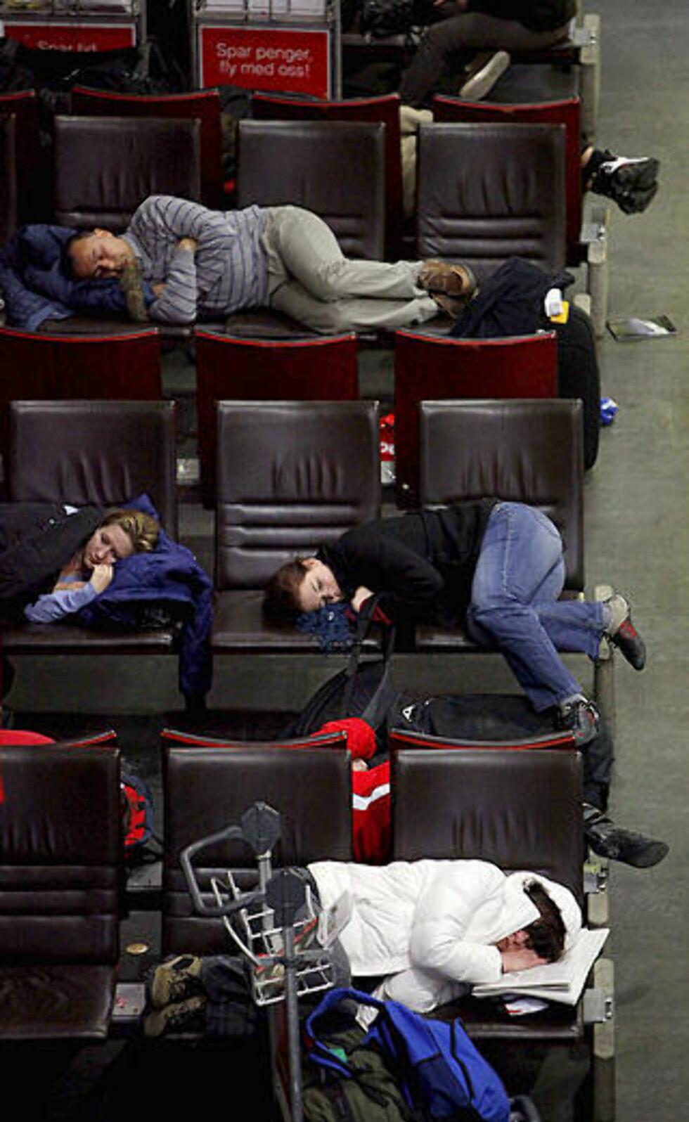 FORSINKELSER: På grunn av forinkelsene på Gardermoen tok flere av passasjerene seg en liten blund. Foto: Bjørn Langsem