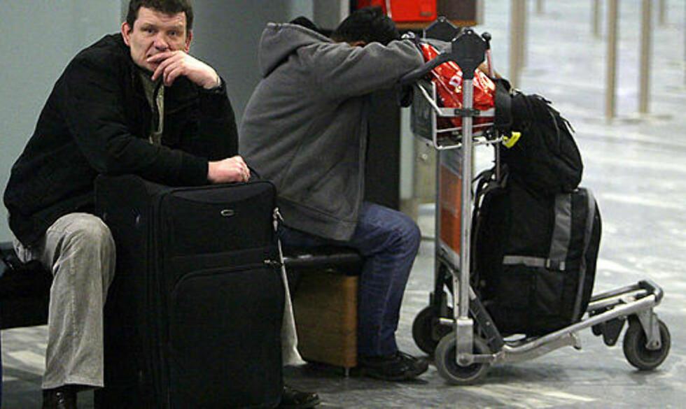 VENTER: Det har blitt mange ventetimer på passasjerene på Gardermoen i natt. Foto: Bjørn Langsem