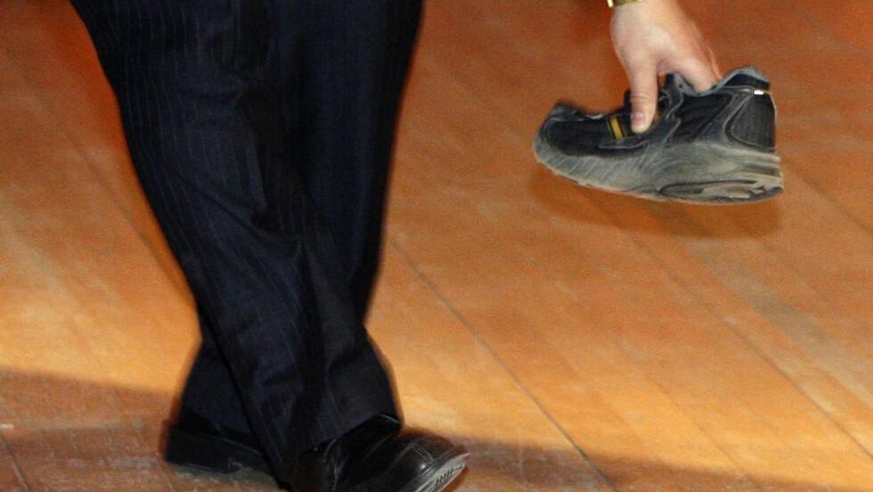 KASTET: Det var en tysk student som kastet denne skoen mot Kinas statsminister. 27-åringen risikerer nå opptil seks måneders fengsel såvel som utvisning etter opptrinnet på universitetet i Cambridge. Foto: AFP/Darren Staples/SCANPIX