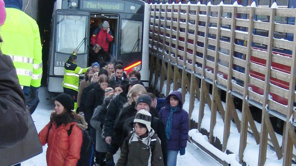 SATT FAST: Et fullt T-banetog måtte evakueres etter at det stanset rett inne i tunnelen ved Majorstua stasjon. Foto: VIVIAN TORVUND OLSEN