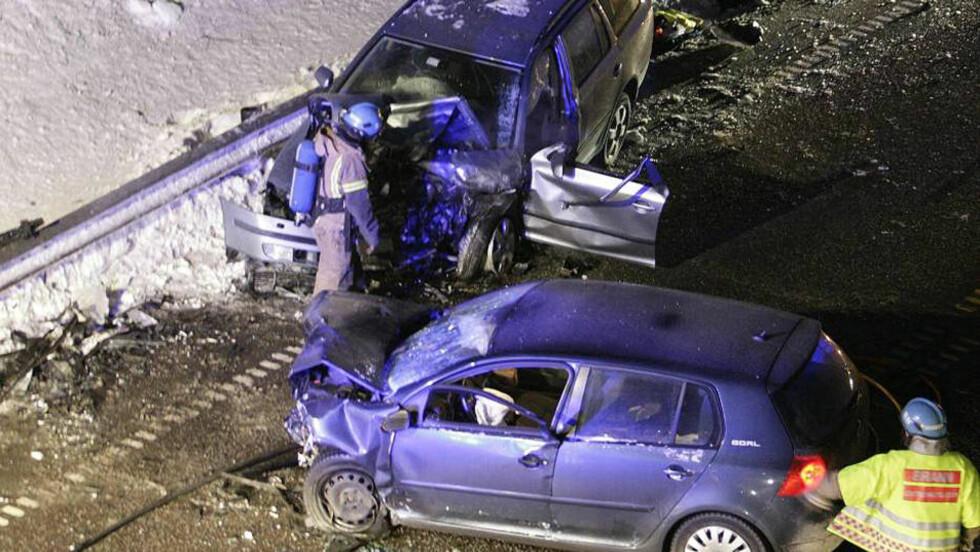 KRAFTIG SAMMENSTØT: De to personbilene er totalskadd etter frontkollisjonen. Foto: PEDER GJERSØE