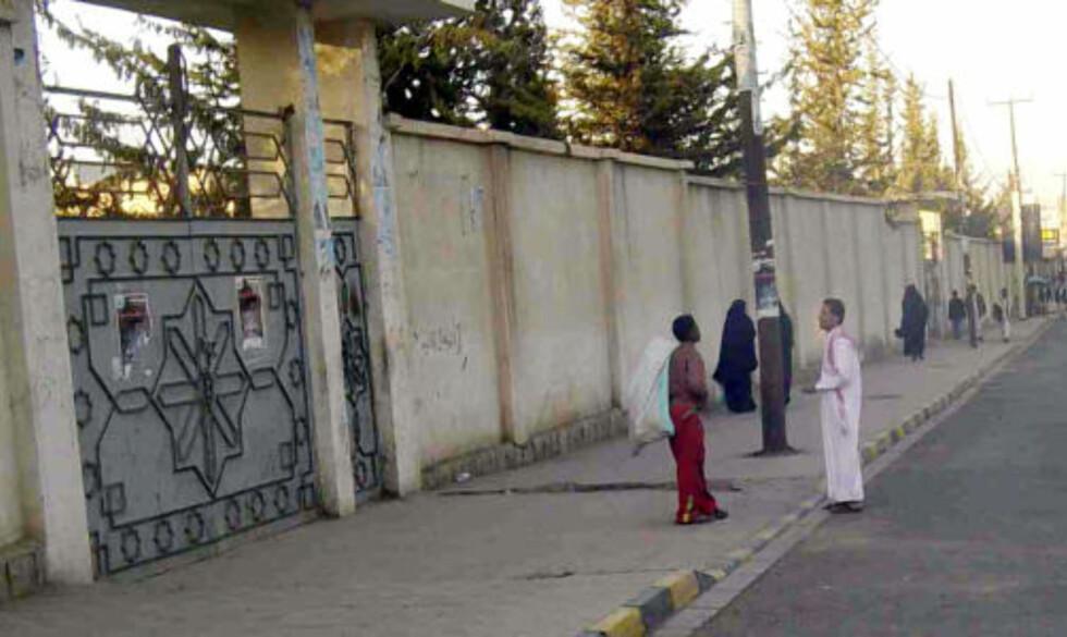 I JEMEN: Farouks rike far, Shaher Abdulhak, bor bak denne porten i Jemen. Foto: AP Photo/Mohammad al-Qadhi/Scanpix