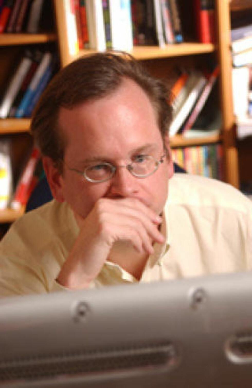 KODE ER LOV: Jusprofessor og Creative Commons-grunnlegger Lawrence Lessig har skrevet om likhetstrekkene mellom lovtekst og datakodetekst. Foto: LESSIG.ORG under en Creative Commons-lisens