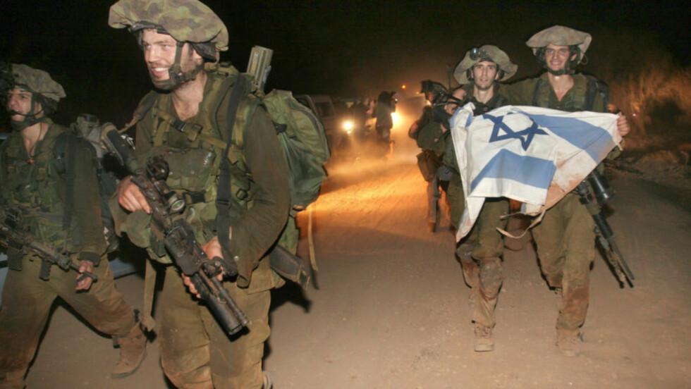 BRUKER NORSKE VÅPEN: Den israelske hæren bruker panservernraketten M72, som blant annet produseres av norske Nammo - som den norske staten eier halvparten av. Dette bildet er fra krigen i Libanon i 2006, og viser en IDF-soldat med en M72 på ryggen. Foto: AP/SCANPIX