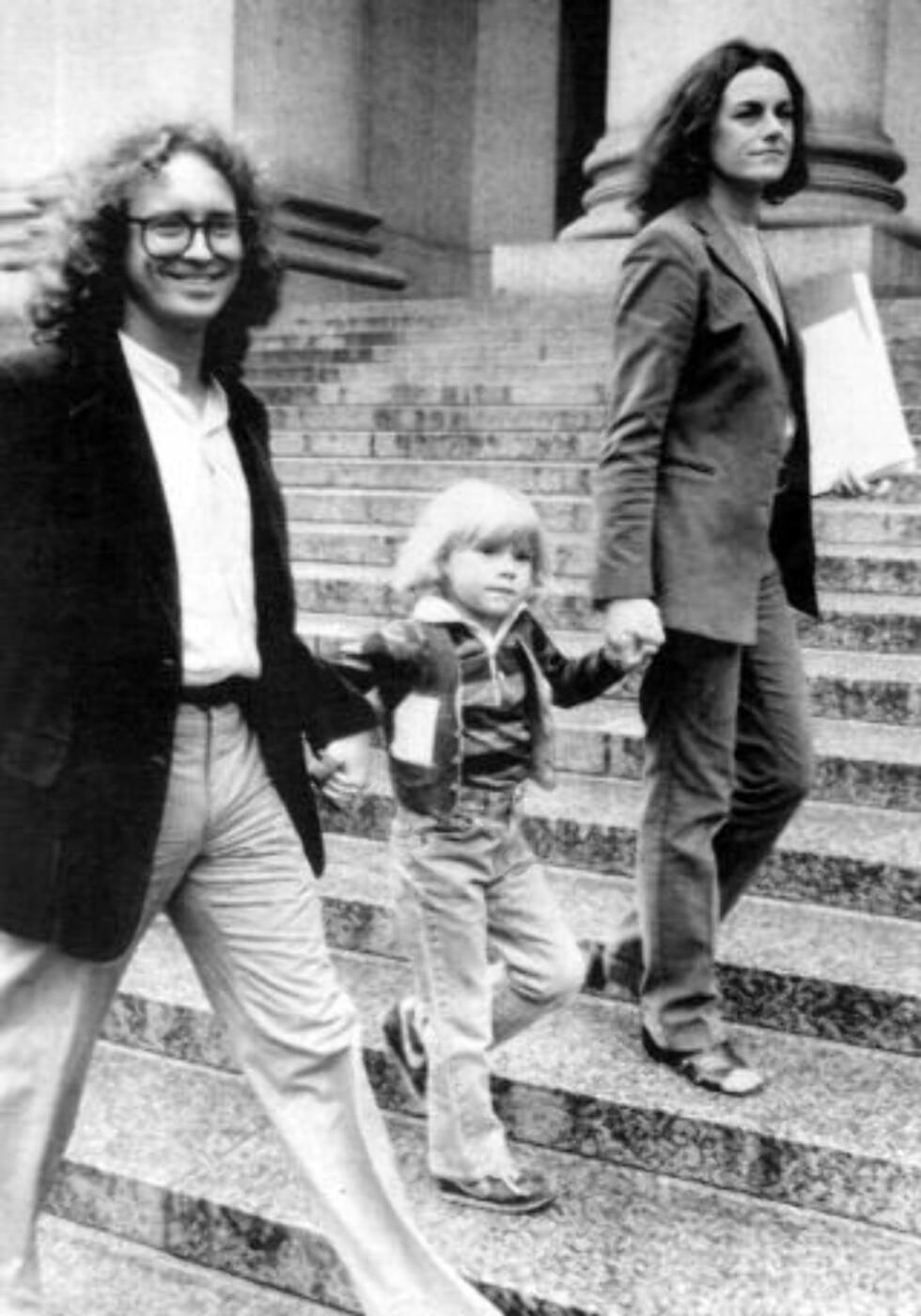 BLE KJENT UNDER VALGKAMPEN: Bill Ayers, her fotografert sammen med kona Bernardine Dohrn og sønnen Zayd Dohrn (4) i 1982. Foto: AP Photo/David Handschuh/Scanpix