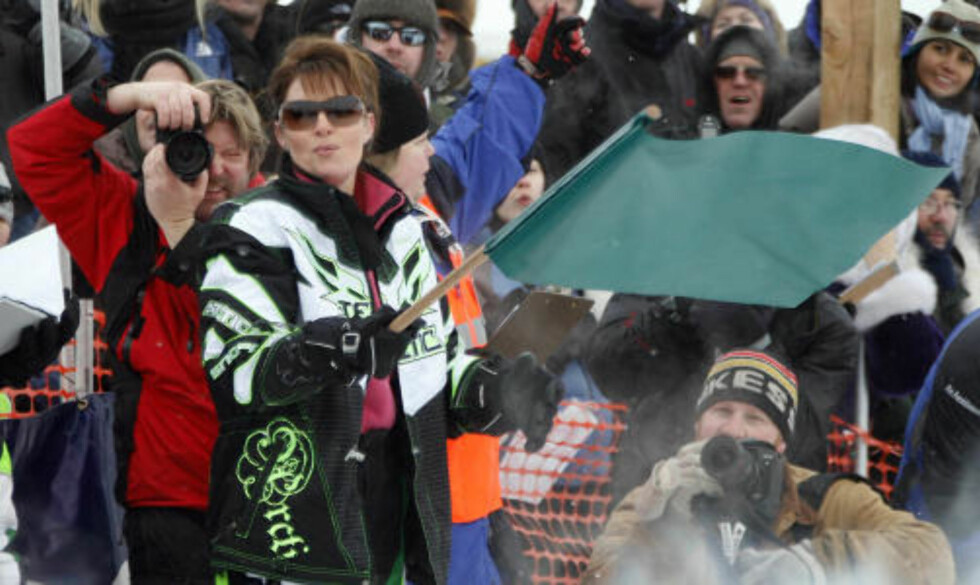 TILBAKE I ALASKA: Sarah Palin, her fotografert under starten av snåscooterløpet Iron Dog, som sønnen Todd Palin deltok i. Foto: AP Photo/Al Grillo/Scanpix