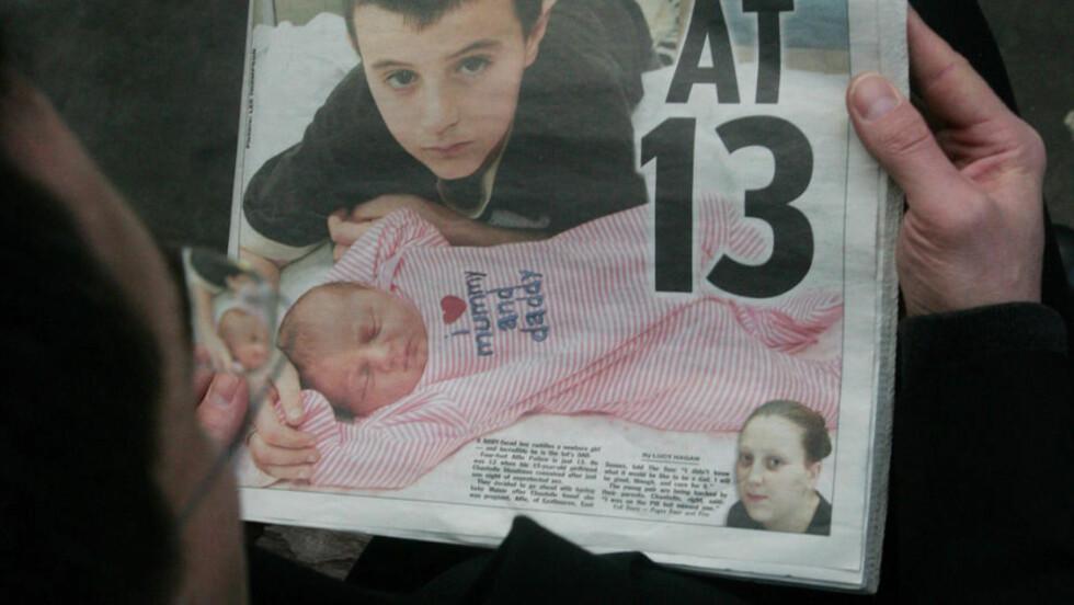 IKKE DEN FØRSTE OG DEN YNGSTE: Det var bildet av 13 år gamle Alfie, som ser langt yngre ut, som virkelig gjorde at saken vakte oppstandelse. Alfie var ikke den yngste som er blitt pappa i Storbritannia. I 1999 ble James Sutton fra Manchester, den gang 13, far til tvillinger. Foto: AFP PHOTO/Stringer/SCANPIX
