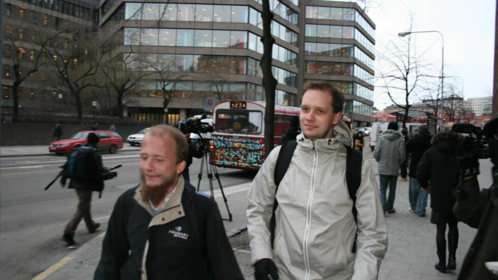 DE TILTALTE ANKOMMER: Her ankommer The Pirate Bay-bakmennene Gottfrid Svartholm (til venstre) og Peter Sunde rettssalen i Stockhom i dag tidlig. Foto: JOAKIM THORKILDSEN