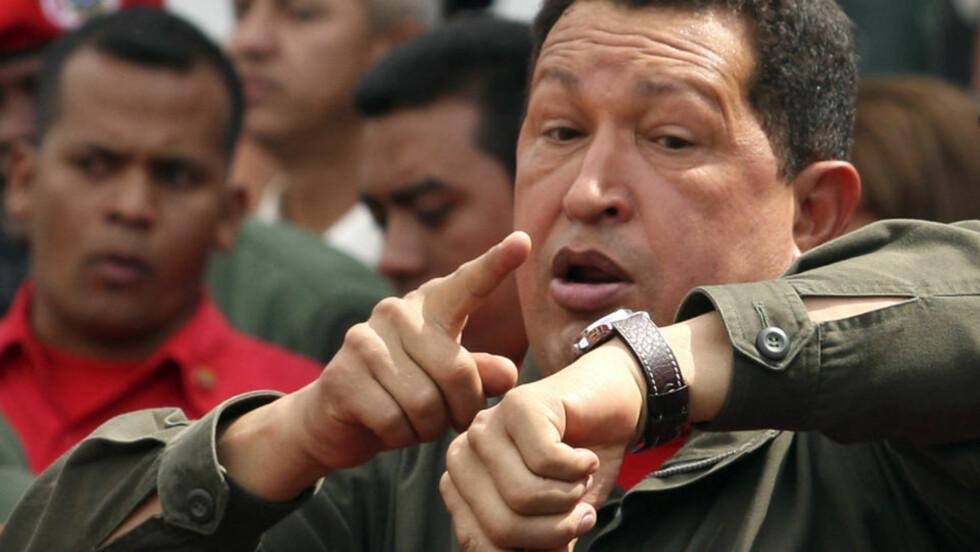 UTÅLMODIG: Hugo Chavez teller ned etter å ha avgitt sin stemme i dagens folkeavstemning. Chavez vant avstemningen, og kan styre så lenge han beholder flertallet. Tomas Bravo/REUTERS/Scanpix