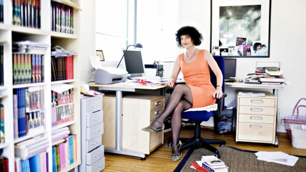 GLAD I BIBLIOTEKET: Unni Lindell bruker biblioteket mye. Og når hun synes utvalget er litt skrantent, fyller hun på med sine egne bøker. Foto: LARS EIVIND BONES