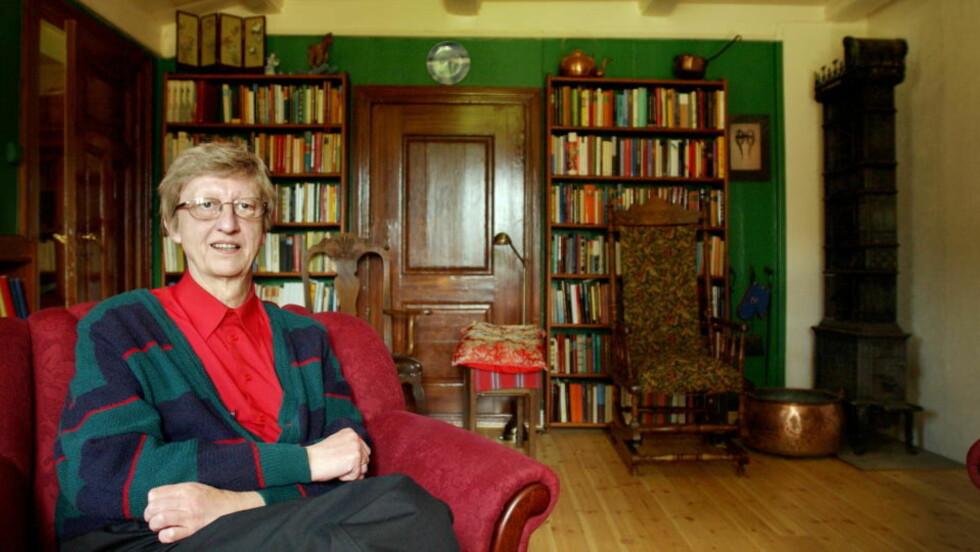 BIBLIOTEKHIMMELEN: Biblioteket betød mye for Hans Herbjørnsrud i oppveksten. Her fotografert hjemme på gården i Heddal. Foto: LARS EIVIND BONES