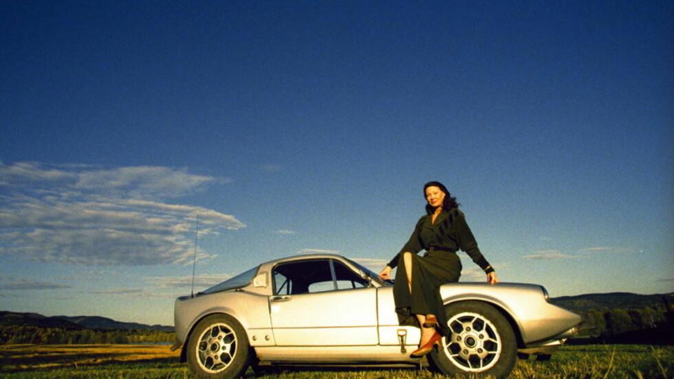 """SAAB SONETT: Åse Klevland kjøpte sin Saab Sonett på slutten av 1960-tallet. Hun har den fremdeles. Dette bildet er fra 1998. Bilen ble utviklet i hemmelighet på en låve i Trollhättan under ledelse av Rolf Mellde. De gjorde arbeidet på fritida og det kostet til sammen 75 000 svenske kroner å utvikle den. Siden ble Sonetten solgt blant annet under modellnavnet Saab 97. Den fikk navnet sitt fordi svenskene sa """"Så nätt den är."""" Foto: METTE RANDEM"""