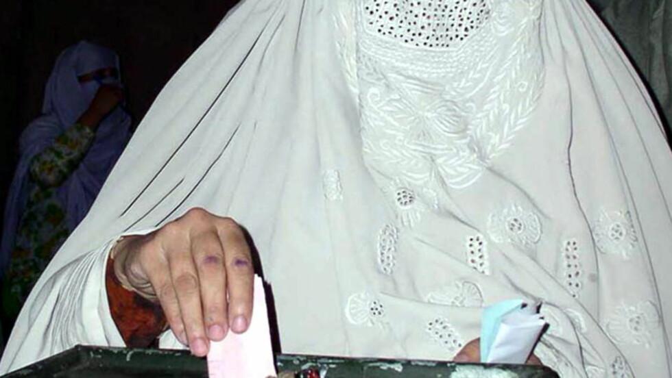 STEMMERETT: En pakistansk kvinne i provinsen Malakand i 2005. Foto: Ali Imam/REUTERS