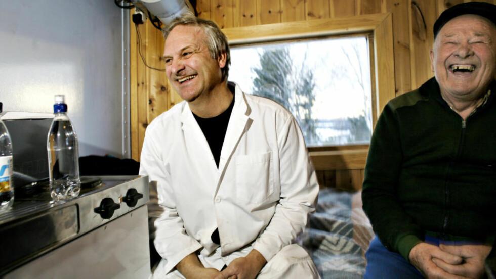 PAUSE: I pauserommet sitter Knut Hjelmen og faren Halvor Hjelmen(85). Eldstemann er med som kaffikoker i følge mham selv. og som trivlig humørfylt selkap konsanterer vi.  Alle foto: OLE C. H. THOMASSEN