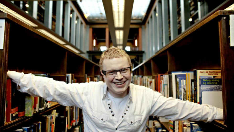 MØRE OG ROMSDAL: Vidar kvalshaug elsker å tegne og skrive i bøkene han eier. På biblioteket låner han bøker til barna og ting han ellers ikke får tak i. Foto: LARS EIVIND BONES
