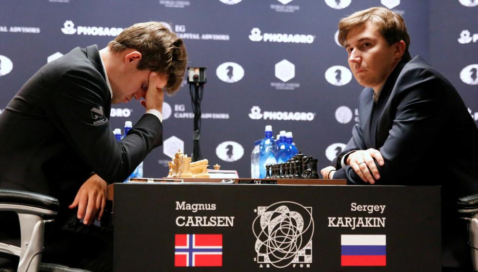 NERVER: Magnus Carlsen (t.v.) holdt på å tap etter flere dårlige trekk, men utfordreren Sergej Karjakin klarte ikke å utnytte feilene. Foto: REUTERS/Shannon Stapleton