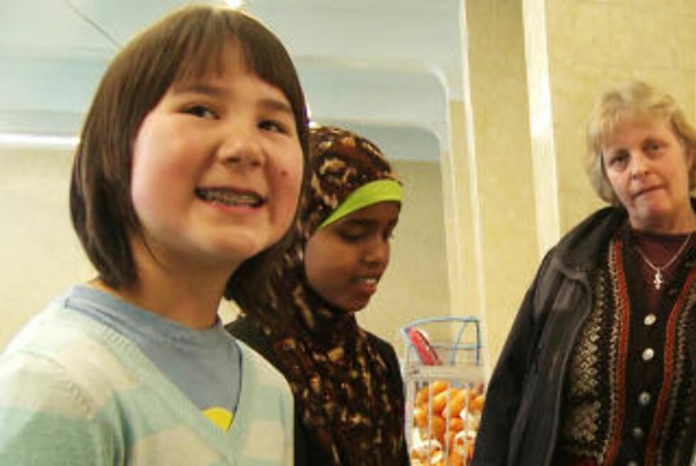 IKKE NO' PROBLEM: Verken Mathea Steen Sandholm (venstre) eller Hafsa Dahir Sheik Mohamud tror det ville vært noe problem å ha gym med guttene, slik rektor Eva Kjøge vurderer å innføre. Foto: ØISTEIN NORUM MONSEN
