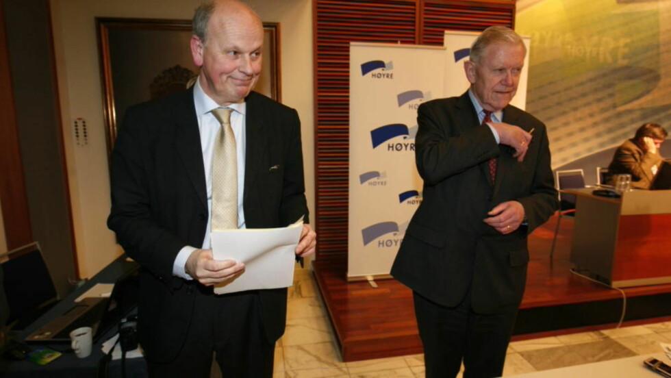 STRIDEN AVGJORT: Michael Tetzschner (t.v.) og Inge Lønning under nominasjonsmøtet i Oslo Høyre mandag kveld. Foto Cornelius Poppe / SCANPIX