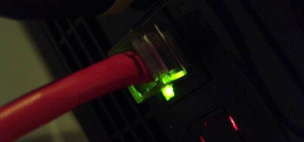 VIL TREKKE UT PLUGGEN: Sterke krefter forsøker å skru av det åpne, frie nettet og erstatte det med et gjennomregulert, sensurert betalingsnett, mener DB.nos kommentator. Foto: DeclanTM under en Creative Commons-lisens