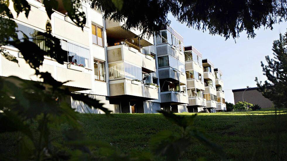 - GRUPPEVOLDTATT: Den 16 år gamle jenta mener at hun ble voldtatt under terrassen på denne blokka på Tveita av til sammen fem menn. Foto: FRANK KARLSEN/Dagbladet