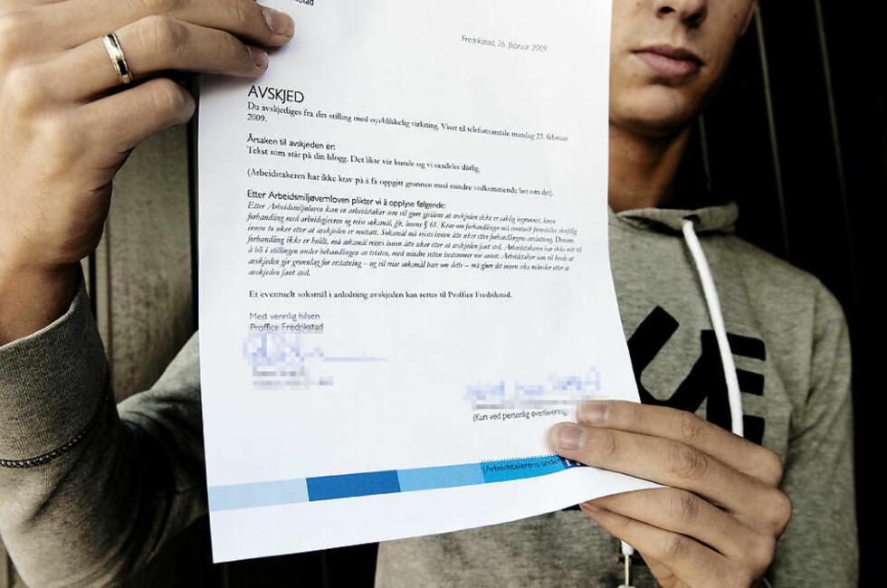 AVSKJED PÅ DAGEN: 21-åringen fra Fredrikstad med avskjedsbrevet han fikk overlevert fra arbeidsgiver i går. Foto: JOHN T. PEDERSEN