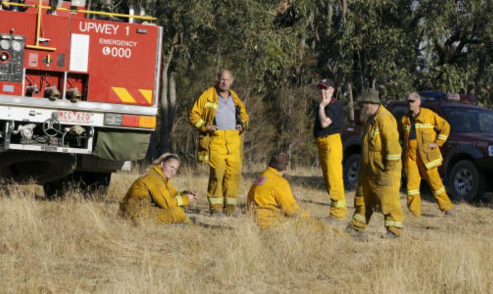 <strong>HVILER UT:</strong> Brannmannskaper hviler ut, men er på høyberedskap for å gå i gang med nye kamper mot flammene. Foto: AFP/Paul CROCK/SCANPIX