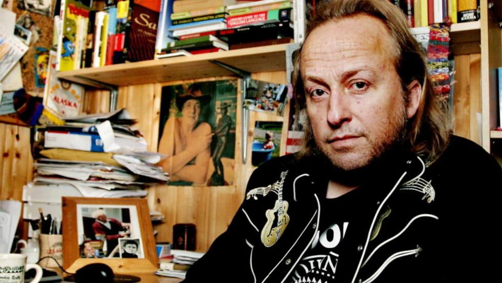 SMUGSJEKKER: Levi Henriksen later som han skal lete etter bøker i databasen, mens han egentlig sjekker hvor mye egne bøker blir utlånt.  Foto: ELISABETH SPERRE ALNES
