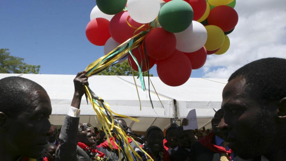 HIPP HURRA: Zimbabwes president Robert Mugabe leker med ballonger på sin 85-årsdag i Chinhoyi. Foto: Tsvangirayi Mukwazhi/Scanpix/AP