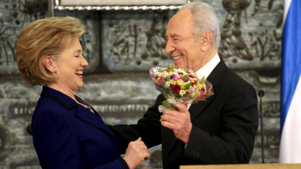 HJERTELIG: Utenriksminister Clinton møtte i dag den israelske presidenten og veteranen Shimon Peres i hans residens. Men USA gjør det klart at de også har sendt diplomater til erkerivalen Syria, og at en egen palestinsk stat ikke er til å komme utenom. Foto: EPA/YOSSI ZAMIR/SCANPIX