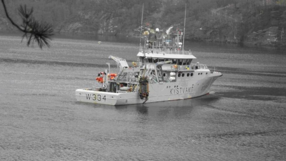 HEVET PÅ MANDAG: Politiet på Etne fikk hjelp av Kystvakten for å heve de syv bilene, som ble oppdaget i Etnefjorden i fjor sommer. Foto: GJENSIDIGE