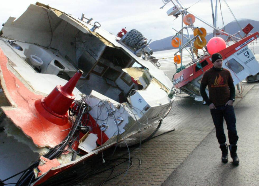 DELT I TO: Det var ikke mye igjen av «Skarbak» etter at sjarken kolliderte med tankeren «Doris» utenfor Bud i Romsdal i 2007. De siste tre åra har det vært 54 kollisjoner mellom båter. Foto: Kjell Herskedal/SCANPIX