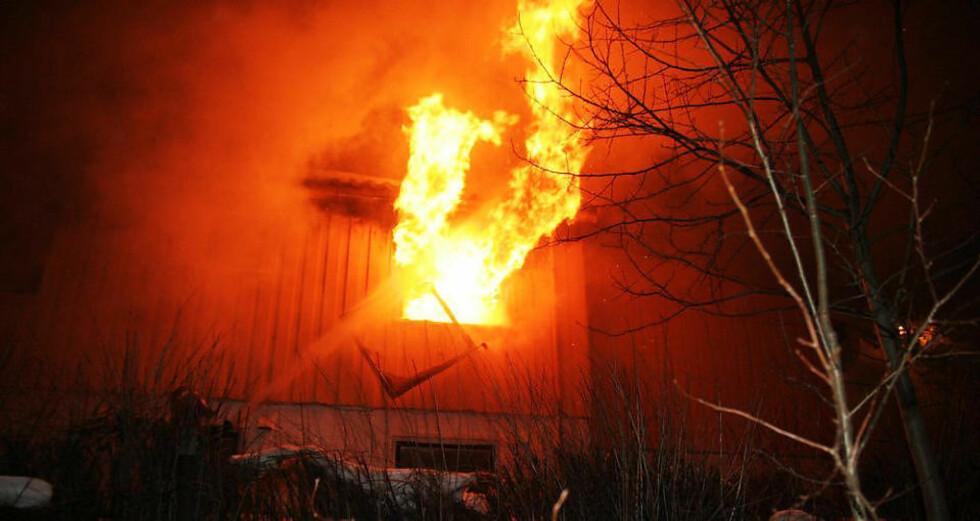 BRENNER KRAFTIG: Flammer står ut av eneboligen vest for Nidelva. Foto: TOR AAGE HANSEN