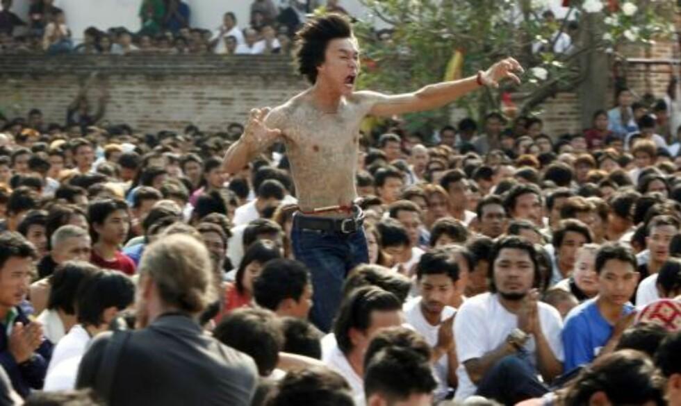 IVRIG: Deltakerne mimer på en slags scene. Foto: REUTERS/Chaiwat Subprasom/Scanpix