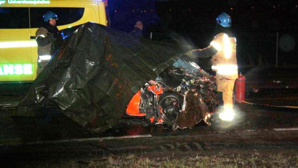 KNUST: Personbilen ble knust i det voldsomme sammenstøtet. Foto: Magnar Larsen/2400