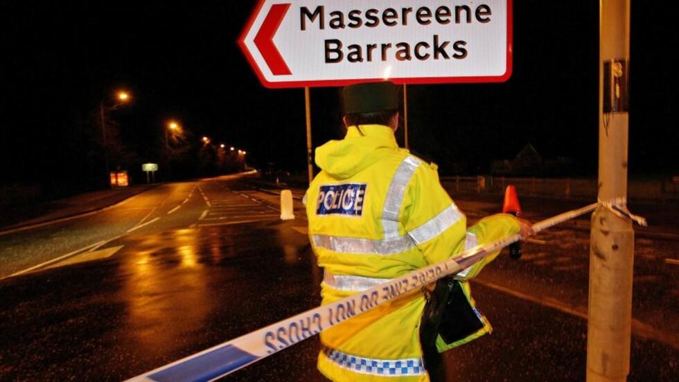 VEISPERRING: Politiet er i gang med undersøkelser i Antrim, der to soldater ble drept av angripere forkledt som pizzabud. Foto: EPA/Scanpix