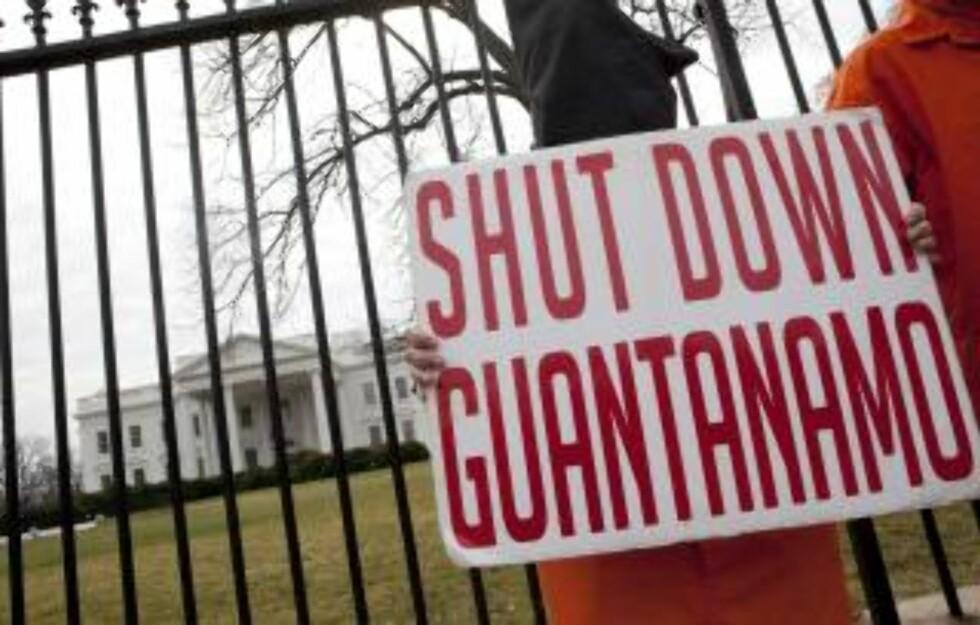 PROTESTER: Barack Obama gav til slutt etter for demonstrantene, og besluttet at Guantanamo skal stenges. Foto: Ron Edmonds/AP/Scanpix