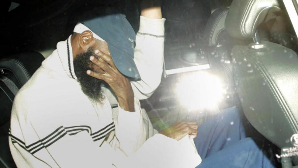 BLE HOLDT FANGET: Binyam Mohamed har ankommet Storbritannia, hvor han bodde før han ble arrestert, mistenkt for å være en terrorist. Nå offentliggjør Mohamed dokumentasjon på at MI5 bisto CIA, som torturerte Mohamed. Foto: Sang Tan/AP/Scanpix