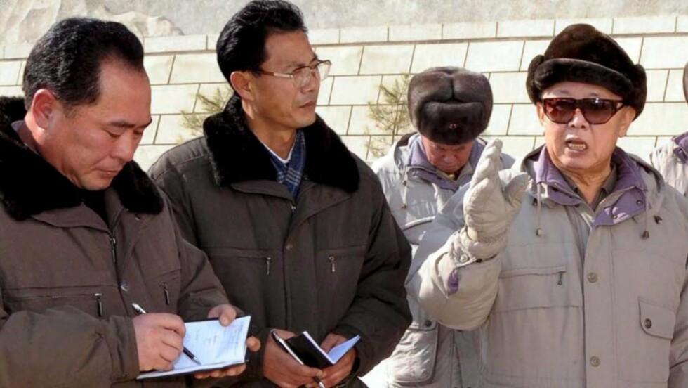 SITTER TRYGT: Rekordvalgdeltagelsen fører neppe til noe valgskred i landet, der diktator Kim Jong Il (t.h) trolig sitter like trygt som før.  Foto: EPA/KCNA/SCANPIX