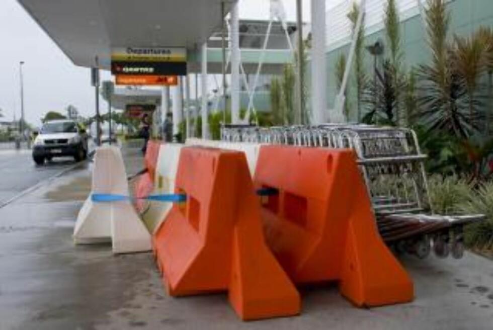 SKALKET: Bagasjetraller på Mackay flyplass er sikret i påvente av stormen. Foto: SCANPIX/EPA