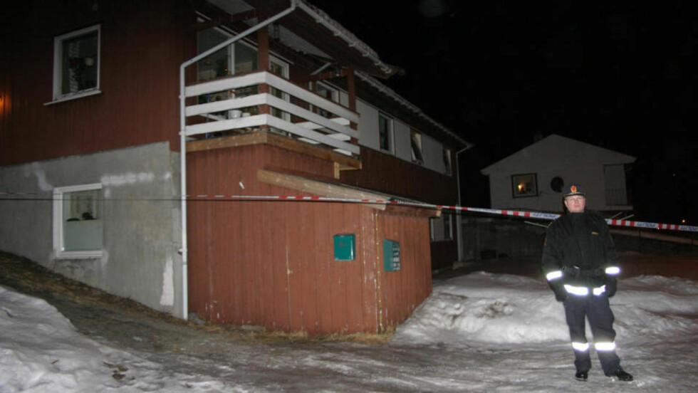 DØDSFALL: Politet foretok i går kveld tekniske undersøkelser i Kjøpsvik-boligen hvor en mann i slutten av 60-åra døde etter slagsmål. Foto: Ingar N. Skogvold
